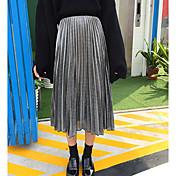 光沢のある金属製の薄いプリーツスカートに署名