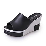 Mujer Zapatos PU Verano Zapatillas y flip-flops Paseo Tacón Cuña Dedo redondo Poroso Para Blanco Negro