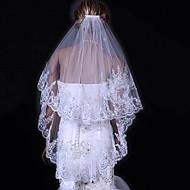 Χαμηλού Κόστους -Δύο-βαθμίδων Άκρη με Απλίκα Δαντέλας Πέπλα Γάμου Πέπλα Δαχτύλων Με 31,5 ίντσες (80εκ) Τούλι Γραμμή Α, Τουαλέτα, Πριγκίπισσα, Ίσια Γραμμή,