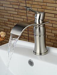 Недорогие -современный центральный водопад керамический клапан с одной ручкой одно отверстие никелированная, раковина для ванной смеситель для ванны смесители