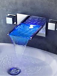 Недорогие -Современный На стену Водопад LED Керамический клапан Две ручки три отверстия Хром, Ванная раковина кран