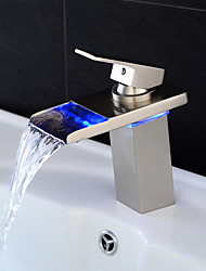Contemporâneo Conjunto Central LED / Cascata with  Válvula Cerâmica Single Handle Uma Abertura for  Níquel Escovado , Torneira pia do