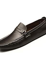 baratos -Homens Sapatos de Condução Couro Primavera / Verão Conforto Mocassins e Slip-Ons Branco / Preto / Marron