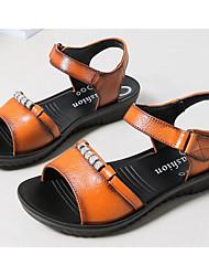 baratos -Mulheres Sapatos Pele Primavera / Verão Conforto Sandálias Salto Baixo para Preto / Amarelo / Vermelho Escuro