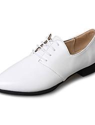 preiswerte -Damen Schuhe PU Frühling Komfort Sneakers Flacher Absatz Runde Zehe für Weiß Schwarz Braun Rot