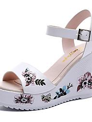 preiswerte -Damen Schuhe PU Sommer Komfort Sandalen Keilabsatz Weiß / Schwarz