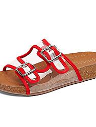 baratos -Mulheres Sapatos Couro Ecológico Verão Conforto Chinelos e flip-flops Sem Salto Ponta Redonda para Ao ar livre Branco / Preto / Vermelho