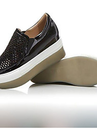 Недорогие -Жен. Обувь Микроволокно Весна Удобная обувь На плокой подошве Для прогулок На плоской подошве Круглый носок Черный / Светло-красный