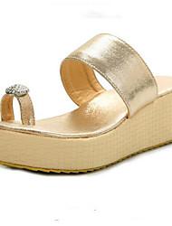 Недорогие -Жен. Комфортная обувь Полиуретан Лето Сандалии На плоской подошве Золотой / Черный / Серебряный