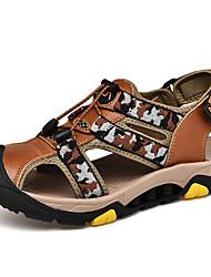 Недорогие -Муж. Комфортная обувь Кожа Лето Сандалии Для плавания Черный / Коричневый