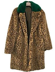 baratos -mulheres saindo de longo casaco de pele de peles artificiais - leopardo