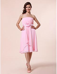 billige Romantisk rosa-A-linje Prinsesse Stroppeløs Knelang Chiffon Brudepikekjole med Drapering Belte / bånd Blomst av LAN TING BRIDE®
