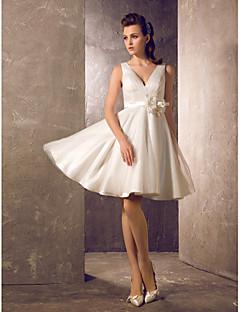 billiga Prinsessbrudklänningar-A-linje / Prinsessa V-hals Knälång Tyll Bröllopsklänningar tillverkade med Bälte / band / Blomma / Sidodraperad av LAN TING BRIDE® / Liten vit klänning