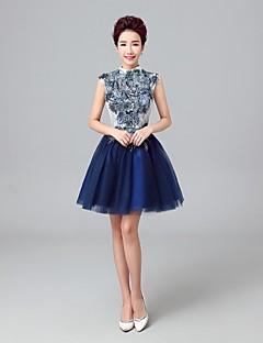 A-line צוואר גבוה באורך הברך טול השמלה bridesmaid עם תחרה רקמה על ידי כלולות qqc