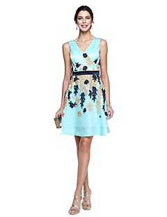 billiga Kändisklänningar-A-linje V-hals Knälång Charmeuse Cocktailfest / Bal Klänning med Spets av TS Couture®