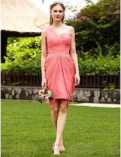 tanie Romantyczny róż-Ołówkowa / Kolumnowa Na jedno ramię Do kolan Szyfon Sukienka dla druhny z Marszczenia Fałdki boczne przez LAN TING BRIDE®