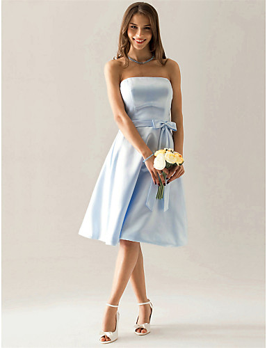 billige Korte brudepikekjoler-A-linje Stroppeløs Knelang Sateng Brudepikekjole med Sløyfe(r) Belte / bånd av LAN TING BRIDE®